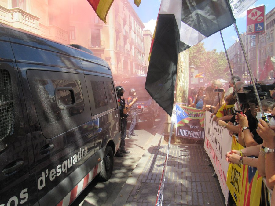This image has an empty alt attribute; its file name is Catalonia-Protests-outside-Liceu.jpg